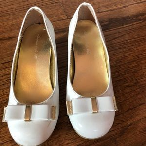 EUC! White patent leather shoes with bow